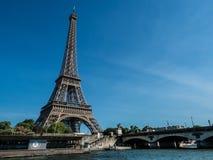 Eiffel nära Seinet River arkivbild