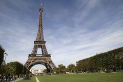 Eiffel står hög av Paris Frankrike Arkivfoto