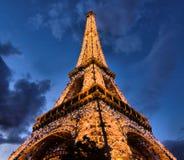 Eiffel står hög i Paris på natten Royaltyfri Bild