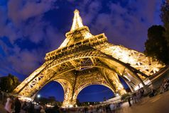 Eiffel står hög i Paris på natten Royaltyfria Bilder
