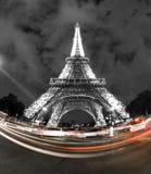 Eiffel står hög i Paris på natten Royaltyfri Fotografi