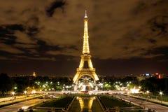 Eiffel står hög i Paris på natten Fotografering för Bildbyråer