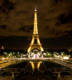 Eiffel står hög i Paris på natten Arkivbilder