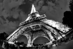 Eiffel står hög i Paris på natten Royaltyfria Foton