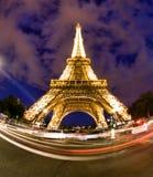 Eiffel står hög i Paris på natten Royaltyfri Foto