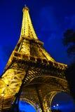 Eiffel står hög i Paris på natten Arkivfoto