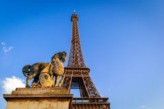 Eiffel står hög med hästen Arkivbilder