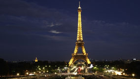 Eiffel står hög - natten beskådar Fotografering för Bildbyråer