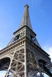 Eiffel står hög och slösar skyen i Paris Frankrike arkivfoto