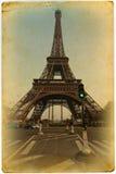 Eiffel står hög på ett gammalt kort Arkivfoton