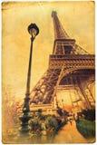 Eiffel står hög på ett gammalt kort texturerar Royaltyfria Bilder