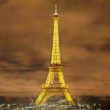 Eiffel står hög på natten Arkivbilder