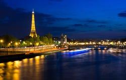 Eiffel står hög på natten. Paris vid natt, Frankrike. Royaltyfri Foto