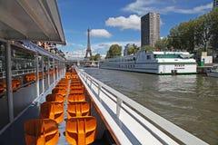 Eiffel står hög Arkivfoto