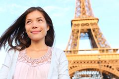 Eiffel står hög den Paris turistkvinnan Royaltyfria Bilder