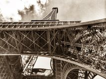 Eiffel torn från underkanten Arkivbilder