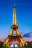 Eiffel torn ljust exponerat på skymningen Fotografering för Bildbyråer