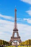 Eiffel torn mot den blåa skyen och oklarheterna Royaltyfri Fotografi