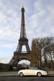 Eiffel torn och gammal bil Arkivbilder