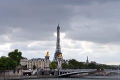 Eiffel torn och Pont Alexandre III royaltyfria foton