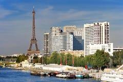 Eiffel torn och Quai de Grenellie i Paris. Arkivbild