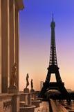Eiffel torn och silhouettes av skulpturer. Royaltyfria Bilder