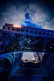 Eiffel torn på natten Arkivfoton