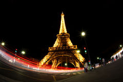 Eiffel torn på natten i Paris, Frankrike Arkivfoton
