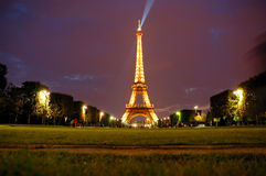 Eiffel tower by night Royalty Free Stock Photography
