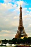 Eiffel TowerAlong río Sena Imagen de archivo