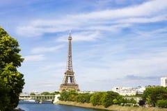 Eiffel Towerfrom sikt över Siene, Paris, Frankrike Arkivfoto