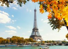 Eiffel turnerar över Seine River Arkivbilder
