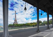 Eiffel turnerar över Seine River Arkivbild