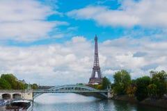 Eiffel turnerar över Seine River Arkivfoton