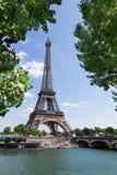 Eiffel turnerar över Seine River Royaltyfria Bilder