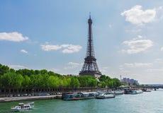 Eiffel turnerar över Seine River Royaltyfria Foton