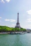 Eiffel turnerar över Seine River Arkivfoto