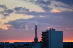 Eiffel turnerar i mitt av byggnaden Royaltyfria Foton