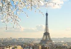 Eiffel turnerar och Paris cityscape Arkivbild