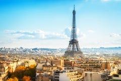 Eiffel turnerar och Paris cityscape Arkivfoton
