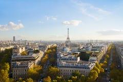 Eiffel turnerar och Paris horisont Fotografering för Bildbyråer