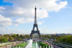 Eiffel turnerar och springbrunnar av Trocadero Arkivfoton