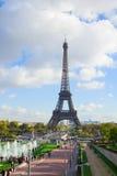 Eiffel turnerar och springbrunnar av Trocadero Arkivfoto