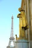 Eiffel turnerar och statyer av den Trocadero trädgården som daterar från 30-tal, Paris, Frankrike som tonas Arkivbilder