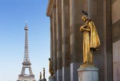 Eiffel turnerar och statyer av Trocadero Arkivbilder
