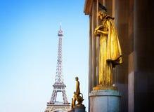 Eiffel turnerar och statyer av Trocadero Royaltyfria Bilder