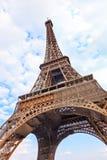 Eiffelausflug- oder -kontrollturmmarkstein. Weitwinkelansicht. Paris, Frankreich stockfotografie