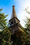 Eiffelen står hög Arkivfoton