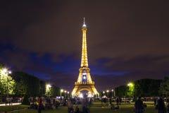 Eiffelen står hög på natten Royaltyfria Foton