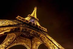 Eiffelen står hög på natten Arkivbild